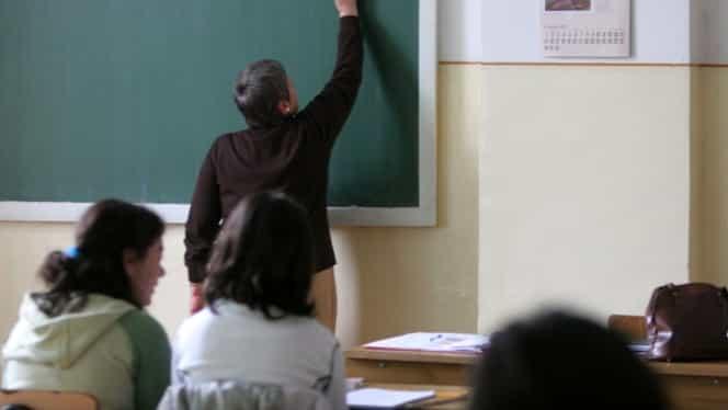 Profesorii pot susține cursuri online sau pe WhatsApp. Aceștia vor fi plătiți integral în luna martie, chiar dacă școlile vor fi închise