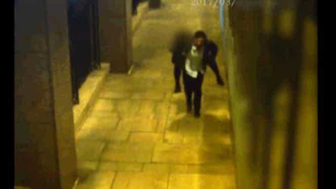 Viol surprins de camerele de vedere! Agresorul a luat victima în spate și a fugit cu ea!