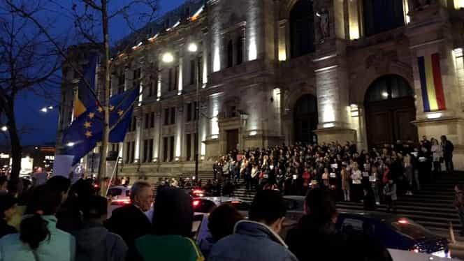 Magistrații din București protestează în fața Palatului de Justiție împotriva OUG 7! FOTO și VIDEO
