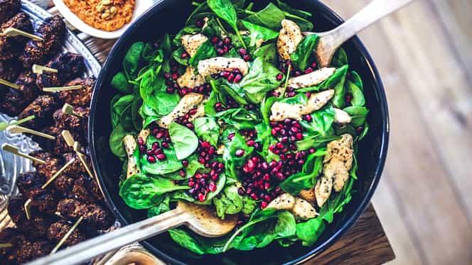 Rețeta zilei. Salată cu piept de pui și rodie. Vitamine și minerale într-o singură farfurie