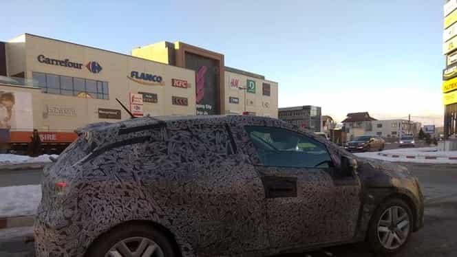 Cum arată Dacia Sandero. Un model camuflat a fost surprins pe străzile din România