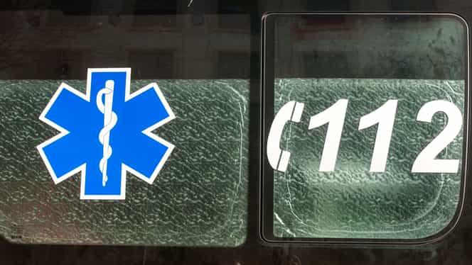 Accident grav cu o ambulanță ce ducea pacienți la dializă. O persoană și-a pierdut viața