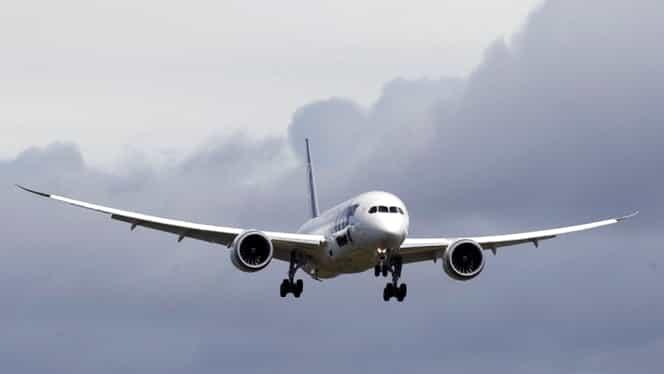 Semnal de alarmă: Un avion cu sute de pasageri poate fi prăbuşit de pe laptop