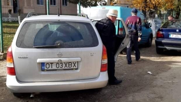 """Scandal într-o comună din Olt! Mașina primăriei aduce bătrânii la vot! Edilul PSD, reacție amuzantă: """"I-a ieşit în cale, i-o fi făcut cu mâna"""""""