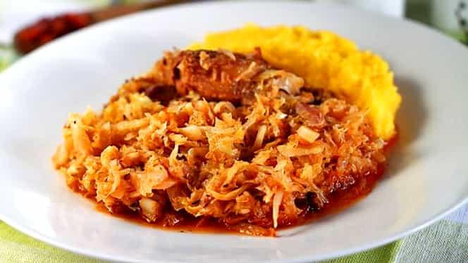 Rețeta de weekend: varză călită cu afumătură. Ingredientul care face din acest preparat tradițional un deliciu