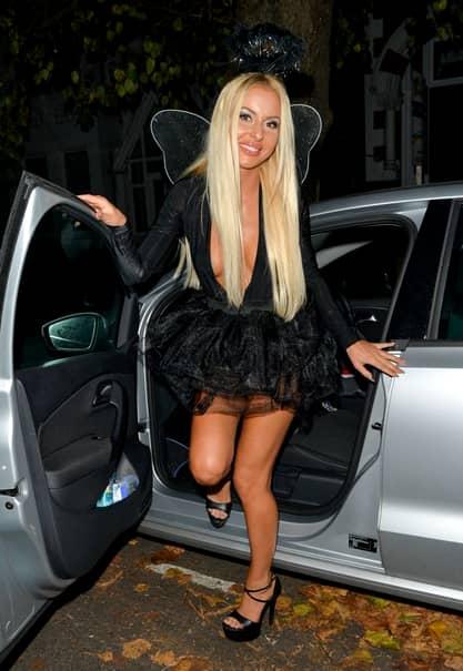 Imagini bombă cu o faimoasă blondă! Şi-a smuls hainele de pe ea şi le-a arătat sânii paparazzilor