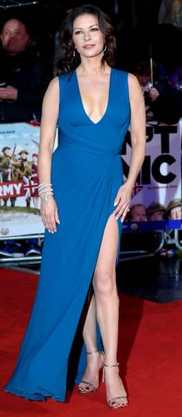 GALERIE FOTO. Ce a păţit Catherine Zeta-Jones pe covorul roşu, din cauza vîntului puternic