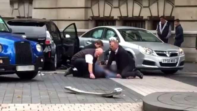 VIDEO. Posibil atentat la Londra. Un şofer a intrat cu maşina pe trotuar. Mai mulţi oameni au fost răniţi!