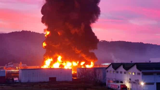 Incendiu puternic la o fabrică de reciclare a dizolvanților din Spania! Pericol major de intoxicare! Oamenii sunt sfătuiți să rămână în case