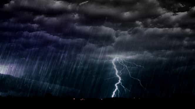 PROGNOZA METEO. Ploi şi descărcări electrice în weekend