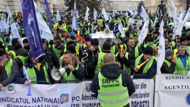 """Protest al angajaților din penitenciare, în fața MAI: """"Pe noi ne furați, pe hoți îi eliberați"""""""