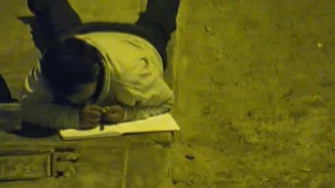 Un milionar i-a schimbat destinul un băiat sărac, care își făcea temele pe stradă. Gestul care a ajuns în toată lumea