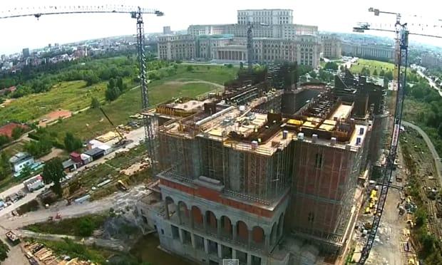 Circulația verticală se va realiza pe scări și prin 8 ascensoare (lifturi) care asigură accesul la toate nivelele inferioare şi superioare ale Catedralei, mai ales pentru persoanele vârstnice sau cu dizabilități.