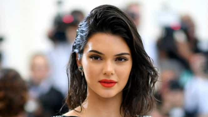 Kendall Jenner, cu sânii la vedere pe covorul roșu! Blițurile nu s-au mai oprit!