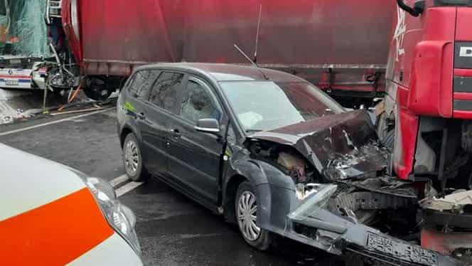 Accident înfiorător pe Valea Oltului! Un autocar plin cu oameni a fost izbit de un TIR