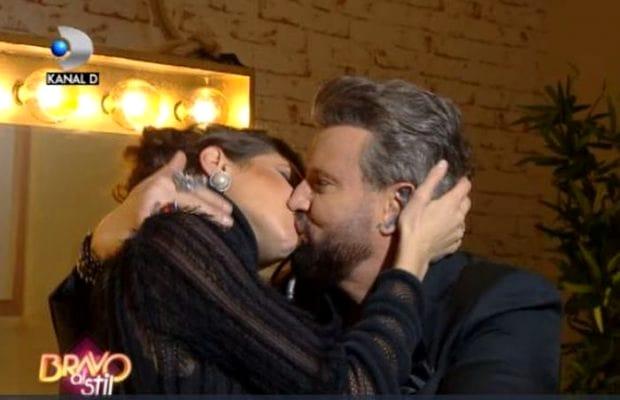 Momentul sărutului dintre Cătălin Botezatu şi Cristina Ich, din culisele emisiunii Bravo, ai stil
