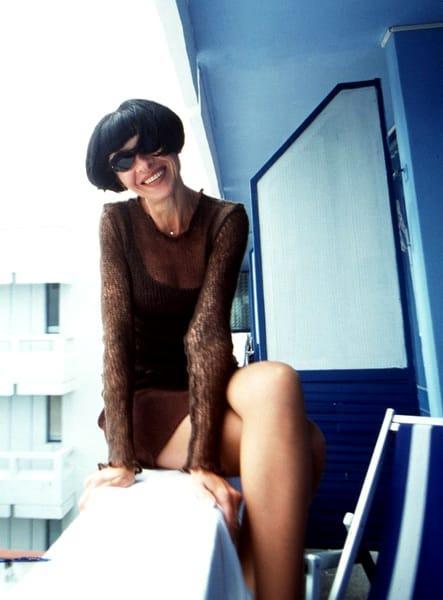 Neti Sandu, pozând sexy, pe balcon