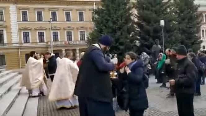 Scandal la Catedrala Ortodoxă din Cluj Napoca! Credincioșii împărtășiți cu aceeași linguriță