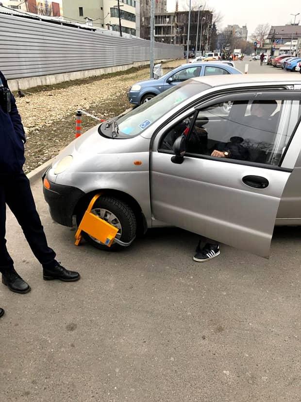 Paznicii de la Lidl Apusului au blocat roata mașinii unui bătrân de 80 de ani, cu handicap locomotor! Ce s-a întâmplat