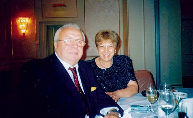 Alexandru Arșinel a rămas singur pe scenă, după ce Stela Popescu a murit, iar soția lui, doamna Marinela, are grave probleme de sănătate. Actorul și partenera lui de viață sunt împreună de 50 de ani.