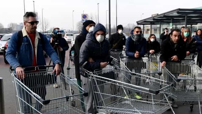 Românii au început să facă cumpărături masiv, de teama coronavirusului. Rafturi goale în hipermarket-urile din București