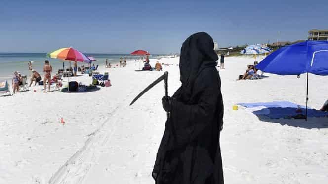 """""""Moartea cu coasa"""", pe o plajă din America pentru respectarea distanțării sociale 😲 – Video"""