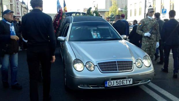 Fostul mare jucător al naționalei României a decedat în urma unui stop cardio respiirator în ziua de duminică. Mari personalități ale sportului și nu numai au fost alături de trupul neînsuflețit al lui Ilie Balaci. La slujbă, fiicele fotbalistului și mama acestora au fost vizibil afectate de pierderea avută.