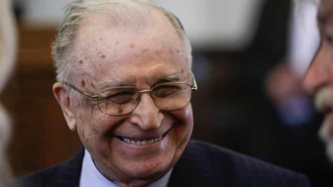 Scandal la votul lui Ion Iliescu. Protestatarul Ceauşescu, amendat după ce a scandat lângă urna mobilă a fostului preşedinte