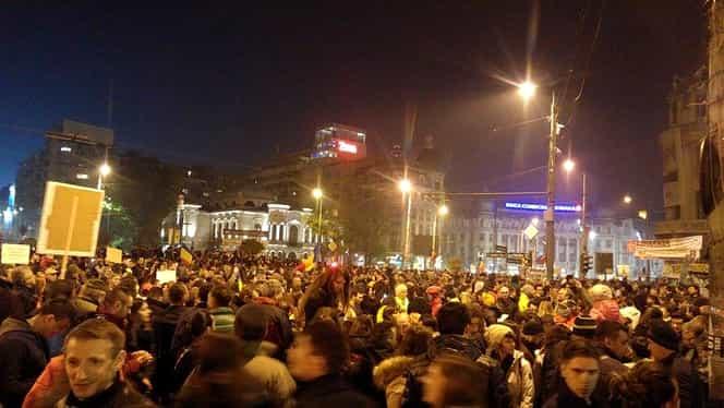 Circulaţia în Piaţa Universităţii, blocată de manifestanţi. Incidente la staţia de metrou