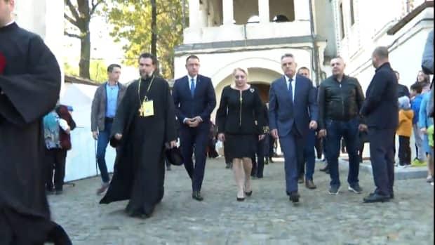 Viorica Dăncilă şi Theodor Paleologu, la slujba de la Patriarhie. Candidații la prezidențiale l-au cinstit pe Cuviosul Dimitrie cel Nou, ocrotitor al Bucureştiului