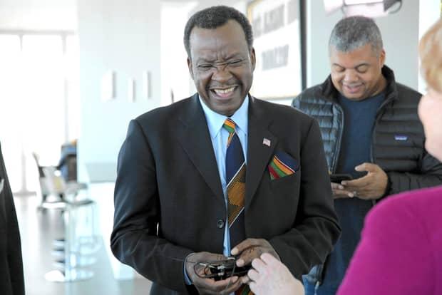 Un candidat la Primăria Chicago împarte bani în biserică, după modelul lui Gigi Becali