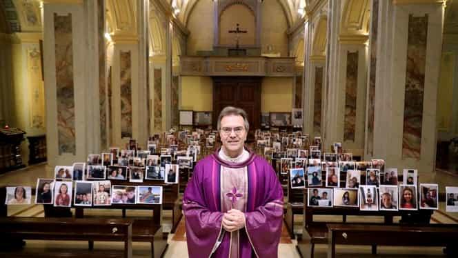 Gestul unui preot italian în timpul unei slujbe transmise online care a devenit viral