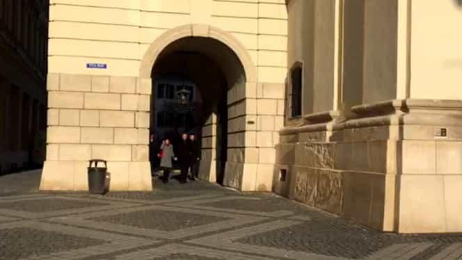 Carmen Iohannis nu renunță la ținutele mini nici în ziua de Crăciun! Cum a mers la biserică soția lui Klaus Iohannis