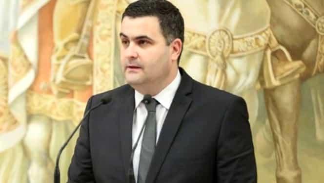 Ministrul Apărării recunoaște că nu a făcut armata. Mânuiește arma după lecțiile de tir