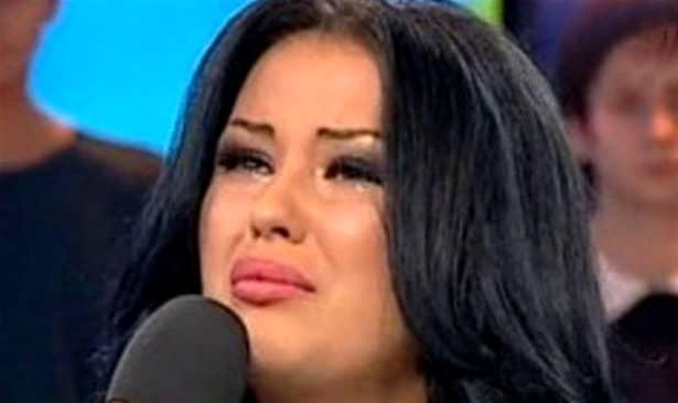 """Daniela Crudu a suferit un accident în cadrul emisiunii de pe Antena 1, """"Ultimul trib"""" sau nu?! Fanii sunt neliniștiți din această cauză, deoarece vedeta a apărut în fotografii, alături de noile achiziții, cu mâna gipsată. Toți s-au întrebat ce a pățit, dar vedeta nu a oferit niciun răspuns. """"Însanatoșire grabnica/ Ce ai patit la mână?/Sanatate multa"""", sunt doar câteva dintre zecile de mesaje primite de către Cruduța."""