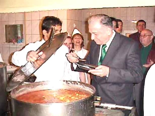 Mâncarea preferată a lui Ion Ilescu se bazează pe tocătură: sarmale, chifteluțe, pârjoale. Constantinescu prefera friptura la tavă