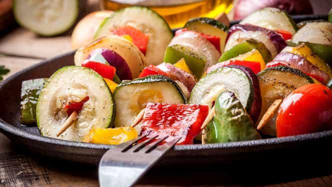 Rețeta zilei. Frigărui de legume, preparat ideal în zilele de vară. Ce condimente le dau o savoare bună
