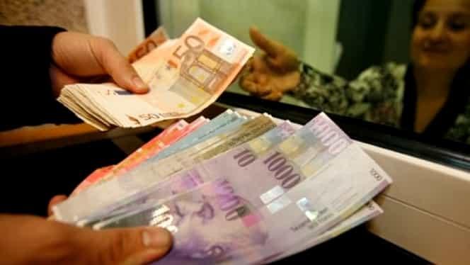 Curs valutar: Francul atinge maximul ultimelor două luni, dolarul creşte şi el