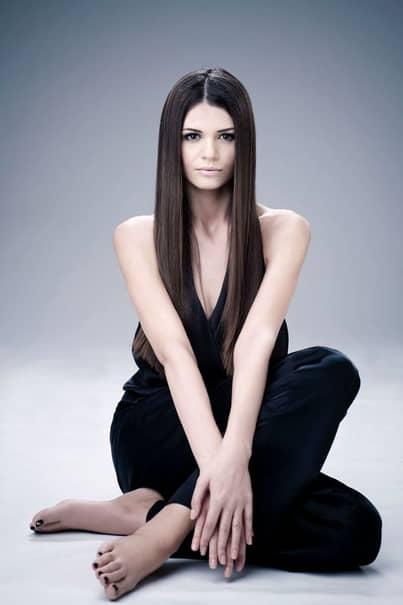 Monica Gabor a ales să poarteo rochie gri cu un model negru în dreptul taliei. Fosta scorpie de la Izvorani a ales niște dresuri negre, cu pisicute, iar coafura a fost una lejeră, perfectă pentru machiajul foarte natural.
