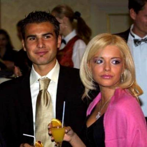 Alexandra Dinu, mama primului fiu al lui Adrian Mutu, a a revenit în România, zilele acestea. Actița, care activează de mulți ani numai peste hotare, a venit să renegocieze cu avocații lui Adiran Mutu pensia alimentară a copilului lor, Mario. Alexandra Dinu împreună cu fiul ei sunt stabiliți în SUA.