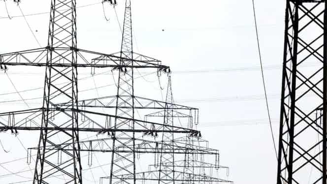 Un bărbat a lăsat câteva mii de ieșeni fără curent electric după ce s-a urca pe un stâlp de tensiune
