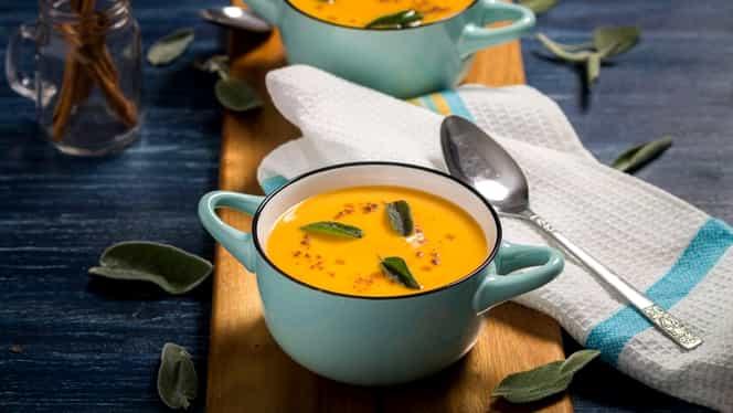 Rețeta zilei. Supă cremă de cartof dulce, măr și scorțișoară, o rețetă ideală pentru prânz