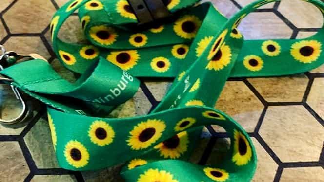 Lanyard-ul verde cu floarea soarelui te salvează în momente dificile. Ce semnifică