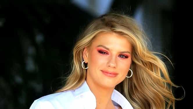 Celebra blondă, gafă colosală în faţa unui hotel din centrul oraşului! Cămaşa s-a desfăcut şi a rămas în sânii goi!