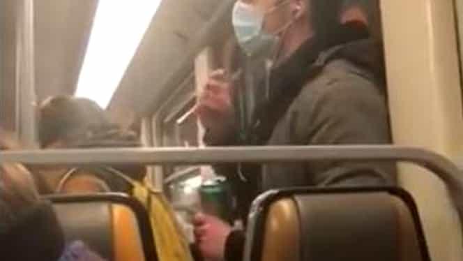 Un bărbat a fost filmat în Bruxelles în timp ce îşi băga degetele în gură şi le ştergea pe bara din metrou. A fost arestat