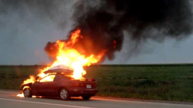 """Și-a incendiat mașina și a transmis totul pe Facebook! """"Dați distribuiri că se face focul mare!"""""""