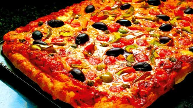 Rețeta de weekend: pizza cu blat pufos ca la restaurant. Se face foarte ușor