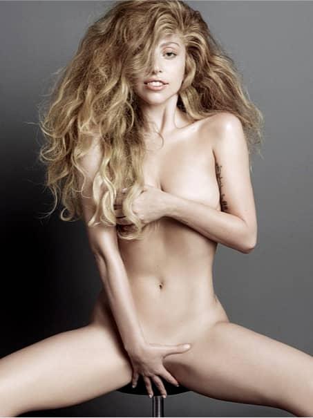 Lady Gaga goala cu părțile intime acoperie cu mâinile