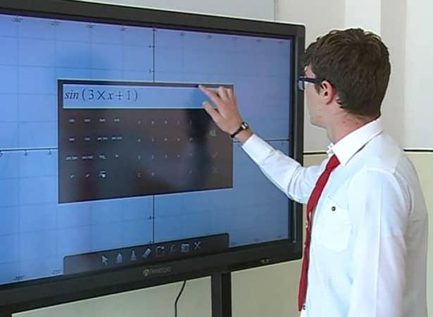 Table inteligente în școli și tablete electronice pentru elevi