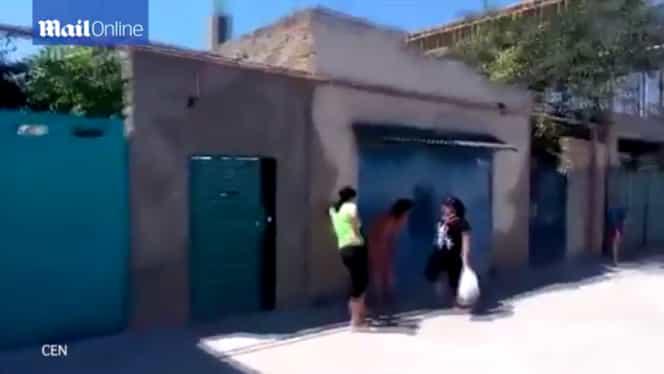 Imagini şocante! A făcut sex cu un bărbat însurat, dar e prinsă de soţie! Amanta, bătută şi dezbrăcată pe uliţă! A făcut-o de râs în tot satul! FOTO